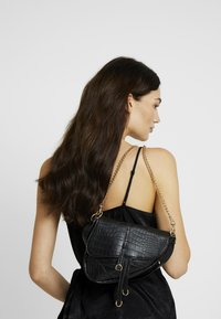 Missguided - CROC CHAIN DETAIL SADDLE BAG - Handbag - black - 1