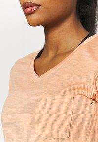 Dakine - CADENCE - Print T-shirt - papaya - 3