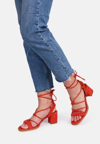 SOPHIE - Sandaalit nilkkaremmillä - red