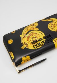 Versace Jeans Couture - PATENT BAROQ ZIP AROUND PURSE - Portemonnee - nero/oro - 2
