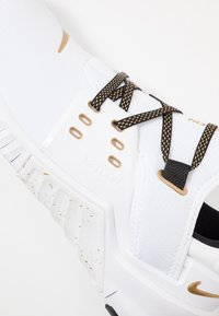 Nike Performance - FREE METCON  - Kuntoilukengät - white/metallic gold/black - 5
