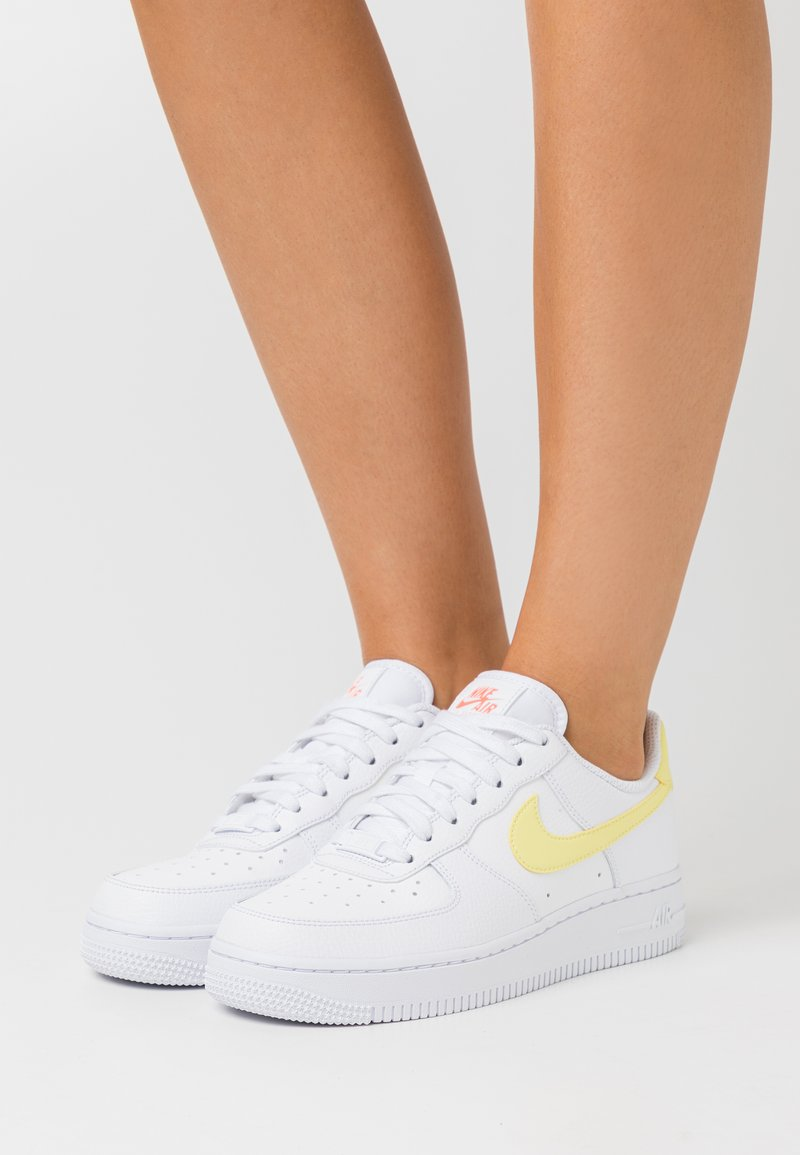 Nike Sportswear - AIR FORCE 1 - Sneakers laag - white/light zitron/bright mango