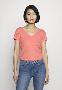 Mos Mosh - ARDEN V NECK TEE - Basic T-shirt - sugar coral - 0