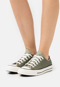 Converse - CHUCK 70 CROCHET TWIST - Sneakers basse - light field surplus/crimson tint/egret - 0