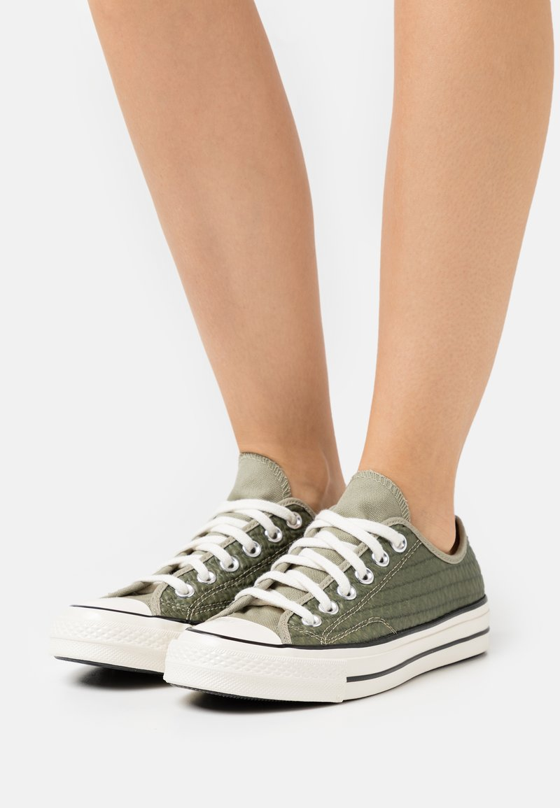 Converse - CHUCK 70 CROCHET TWIST - Sneakers basse - light field surplus/crimson tint/egret
