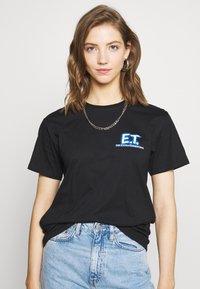 Merchcode - LADIES E.T. LOGO AND SPACE TEE - Camiseta estampada - black - 0