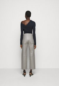 Goldsign - THE RELAXED STAIGHT - Pantalon en cuir - silver grey - 2
