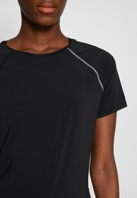 ONLY PLAY Tall - ONPPERFORMANCE RUN TEE TALL - Print T-shirt - black/red - 6