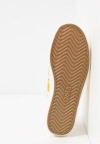 Gola - COASTER - Sneakersy niskie - offwhite/sun - 6