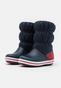 Crocs - CROCBAND UNISEX - Winter boots - navy/red - 1
