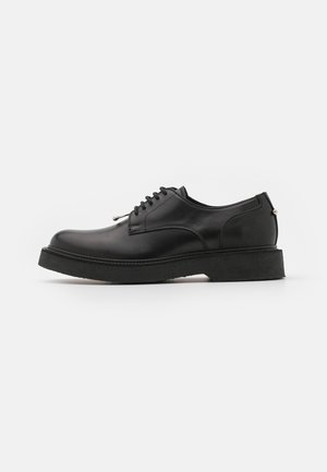 PIERCED PUNK DERBY - Stringate - black