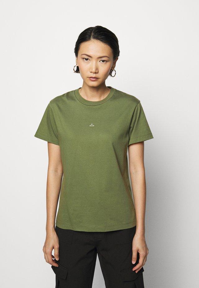 SUZANA - T-shirts med print - army