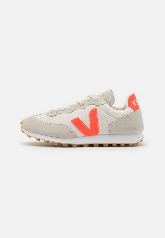 RIO BRANCO - Sneakersy niskie - gravel/orange fluo