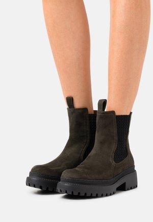 VEGAN LINDA - Enkellaarsjes met plateauzool - kaki