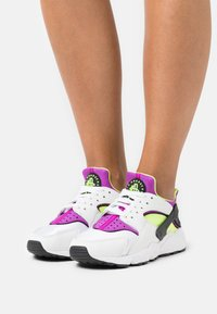 Nike Sportswear - HUARACHE - Sneakers - white/red plum/light lemon twist/black - 0