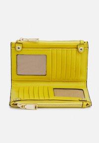 PARFOIS - WALLET BASIC JUNGLE - Wallet - yellow - 2