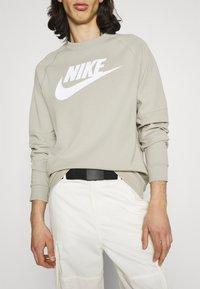 Nike Sportswear - Sudadera - stone/white - 2