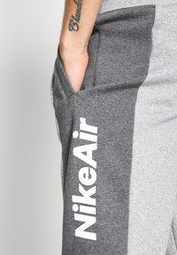 Nike Sportswear - M NSW NIKE AIR PANT FLC - Teplákové kalhoty - dark grey heather/charcoal heather/white - 5