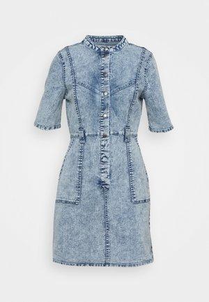 NMAMY CUTLINE DRESS - Denimové šaty - light blue denim