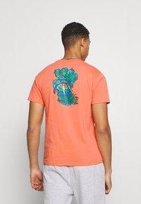 Santa Cruz - BIGFOOT SCREAMING HAND  UNISEX - Print T-shirt - salmon - 2