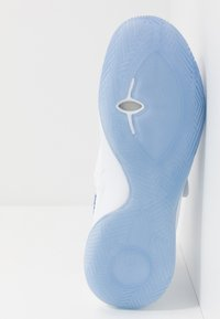 Nike Performance - KYRIE FLYTRAP III - Koripallokengät - white/varsity royal/pure platinum - 4