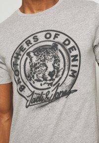 Jack & Jones - JORSOLEX CREW NECK - T-shirt print - light grey - 5