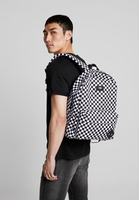 Vans - UA OLD SKOOL III BACKPACK - Plecak - black/white - 1