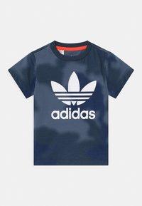 adidas Originals - UNISEX - T-shirt print - crew blue/multicolor/solar red - 0