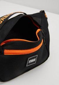 Urban Classics - SHOULDER BAG - Ledvinka - black/orange - 4