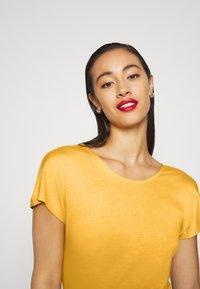 ONLY - ONLCARRIE CROSS BACK - Print T-shirt - golden spice - 3