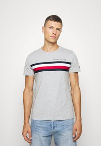 Tommy Hilfiger - GLOBAL STRIPE TEE - T-shirt con stampa - grey - 0