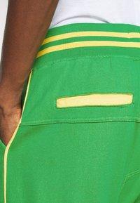 Schott - PAUL MODE - Tracksuit bottoms - bresil green/yellow - 5