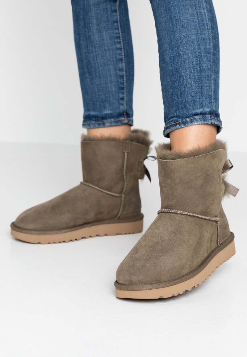 UGG - MINI BAILEY BOW - Botki - euculyptus spray