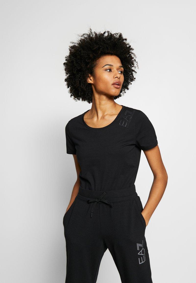 EA7 Emporio Armani - T-shirts med print - black