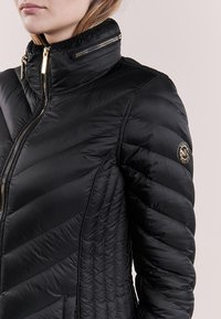 MICHAEL Michael Kors - SHORT PACKABLE PUFFER - Chaqueta de plumas - black - 4
