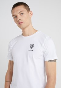 Plein Sport - ROUND NECK ORIGINAL - T-paita - white - 4