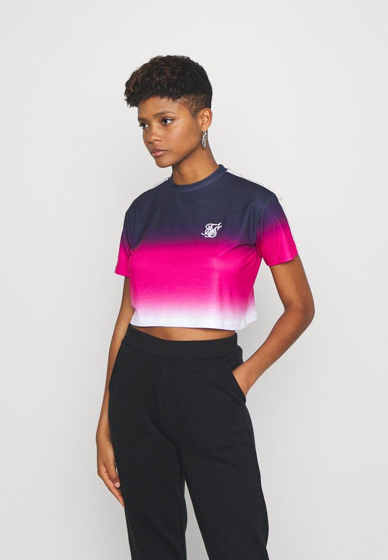 SIKSILK - FADE TAPE CROP TEE - Print T-shirt - navy/pink/white