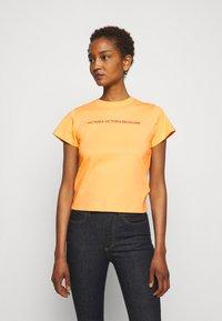 Victoria Victoria Beckham - SLIM FIT LOGO - Print T-shirt - tropical punch orange - 0