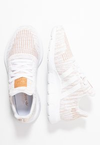 adidas Originals - SWIFT RUN  - Trainers - footwear white/copper metallic - 3