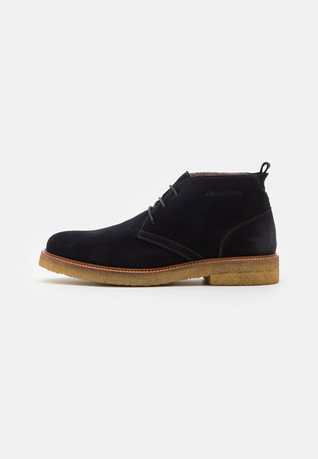 SUSTAINABLE DESERT BOOT - Zapatos con cordones - navy