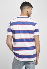 Starter - T-shirt imprimé - white/ultra marine/starter red - 2