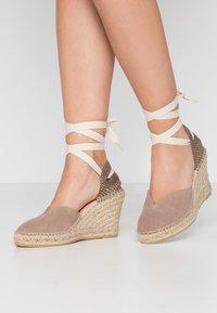 Copenhagen Shoes - KEILA - Sandały na obcasie - beige - 0