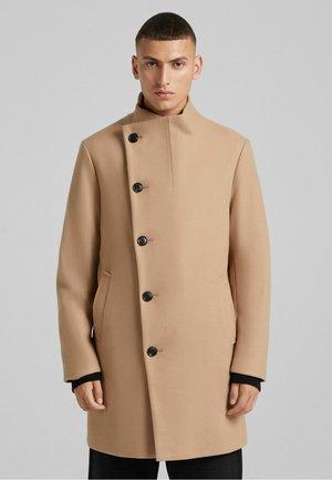 MIT ROLLKRAGEN  - Short coat - camel