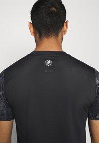 New Balance - PRINTED VELOCITY - T-shirt med print - black - 3