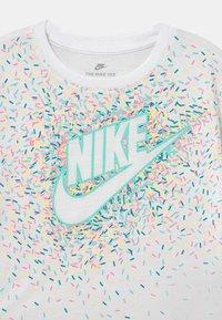 Nike Sportswear - DRAPEY GRAPHIC - Camiseta estampada - white - 2