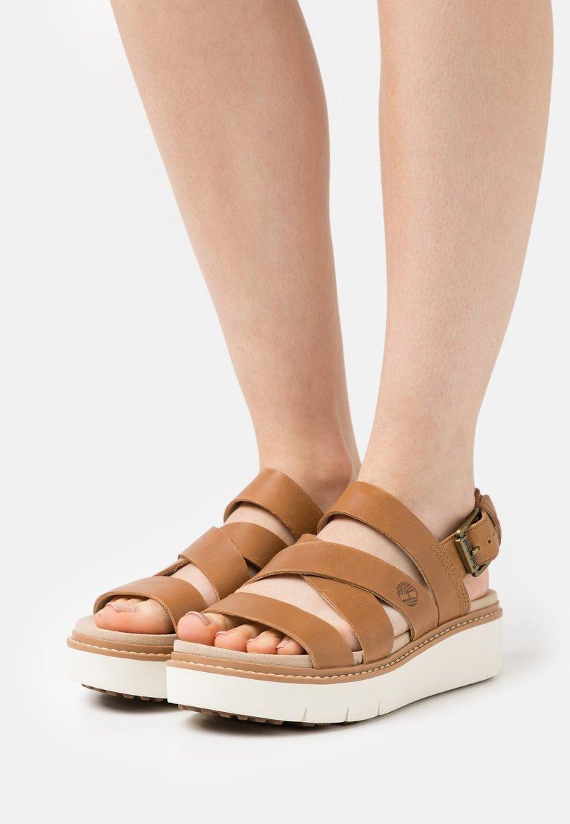 Timberland - SAFARI DAWN FRONT STRAP - Korkeakorkoiset sandaalit - light brown