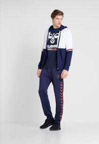 Hummel - HMLJONAS  - T-shirts print - black iris - 1
