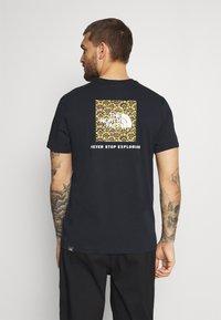 The North Face - REDBOX TEE - T-shirt con stampa - dark blue/green - 2