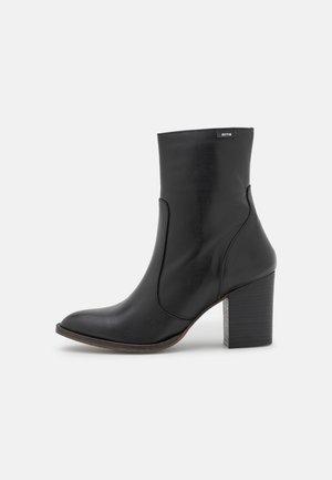 UMA - Korte laarzen - black