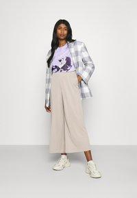 Cotton On - CLASSIC DISNEY - T-shirt imprimé - sheer lilac - 1